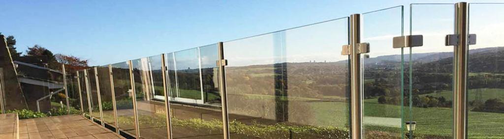 Ограждения из стали со стеклом